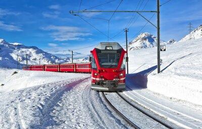 Fotomural Un tren suiza roja corriendo por la nieve
