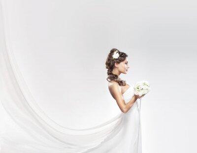 Fotomural Una novia de raza caucásica posando en un vestido blanco con flores