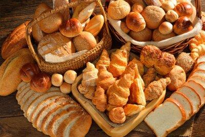 Fotomural Variedad de pan en la canasta de mimbre sobre fondo de madera vieja.