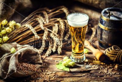 Fotomural Vaso de cerveza fría en ambiente rústico. Fondo de alimentos y bebidas.