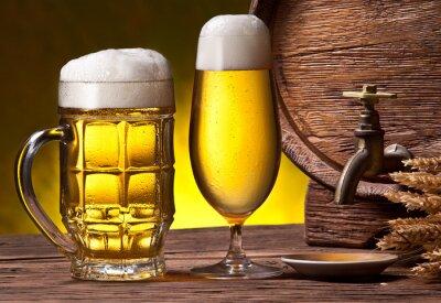 Fotomural Vasos de cerveza, barril de roble viejo y trigo orejas.
