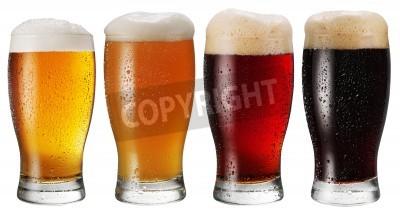 Fotomural Vasos de cerveza sobre fondo blanco.