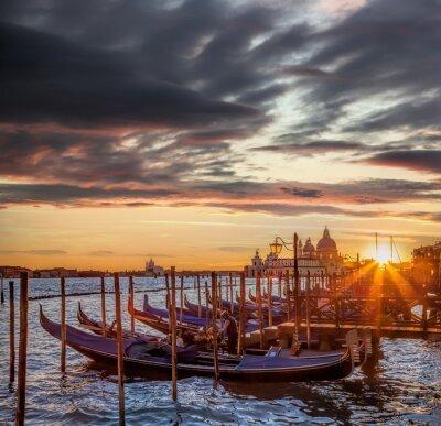 Fotomural Venecia con góndolas contra la puesta de sol colorida en Italia