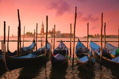 Fotomural Venecia con góndolas famosas en la luz rosada apacible de la salida del sol,
