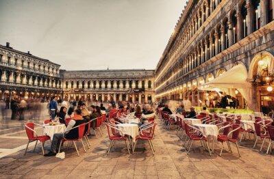 Fotomural VENECIA, Italia - 23 de marzo 2014: Los turistas disfrutan de la cafetería en la Plaza de San