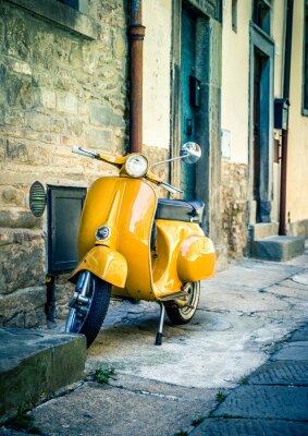 Fotomural Vespa amarilla en la ciudad toscana de Cortona