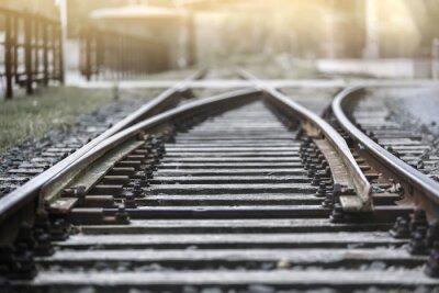 Fotomural Vía de tren en el sol de la tarde con una parada