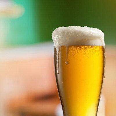 Fotomural Vidrio de cerveza ligera en pub