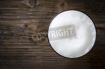 Fotomural Vidrio de espuma de cerveza sobre la mesa de madera