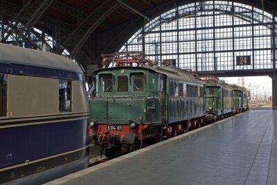 Fotomural viejas locomotoras en la estación de tren