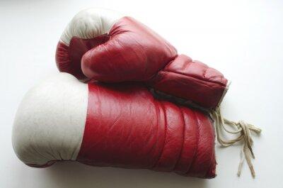 Fotomural Viejos guantes de boxeo rojos y blancos sobre un fondo claro