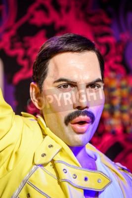 Fotomural VIENA, AUSTRIA - 08 de agosto de 2015: Figurita de Freddie Mercury en el museo de cera de Madame Tussauds.