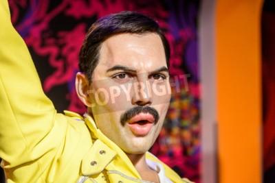 Fotomural VIENA, AUSTRIA - 08 de agosto de 2015: Figurita de Freddie Mercury en el museo de cera Madame Tussauds.