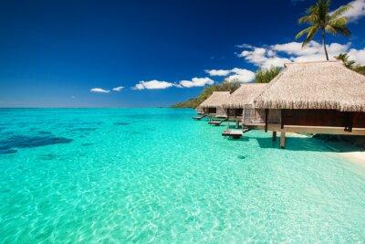 Fotomural Villas en la playa tropical con pasos en el agua