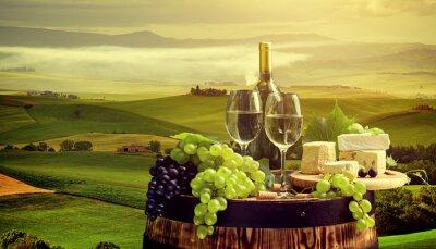 Fotomural Vino blanco con barril en viñedo en Chianti, Toscana, Italia