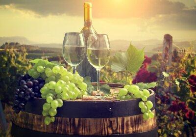 Fotomural Vino blanco con barril en viñedo en Toscana, Italia