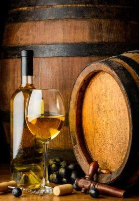 Fotomural Vino blanco sobre fondo de barril de madera