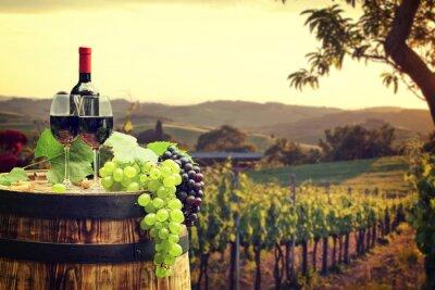 Fotomural Vino tinto con barril en viñedo en Toscana verde