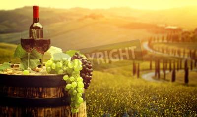 Fotomural Vino tinto con barril en viñedo en verde Toscana, Italia