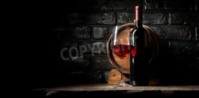 Fotomural Vino tinto sobre un fondo de ladrillos de edad negro