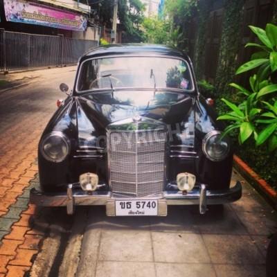 Fotomural Vintage Mercedes Benz car parked in alley