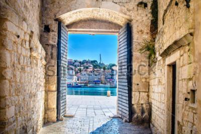 Fotomural Visión en la puerta de la ciudad en la ciudad mediterránea vieja Trogir, Croacia Europa. / Puerta de la ciudad de trogir. / Enfoque selectivo.