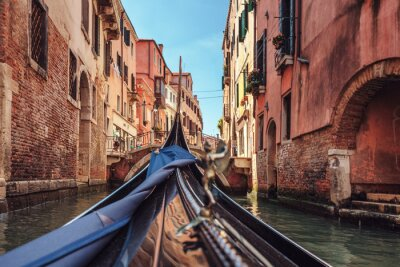 Fotomural Vista de góndola durante el paseo a través de los canales de Venecia i