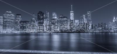 Fotomural Vista nocturna en blanco y negro de la ciudad de nueva york.