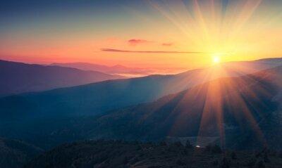 Fotomural Vista panorámica del colorido amanecer en las montañas. Imagen filtrada: efecto procesado cruzado de la vendimia.