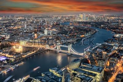 Fotomural Vista panorámica del horizonte de Londres: desde el Tower Bridge a lo largo del río Támesis hasta el distrito de Canary Wharf durante el atardecer.