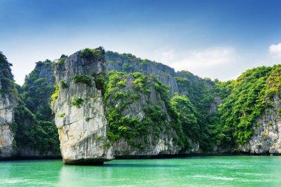 Fotomural Vista panorámica del pilar de la roca y islas kársticas en la Bahía de Ha Long