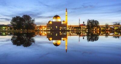 Fotomural Vista y reflexión de la hora azul de la mezquita de Assalam. La imagen tiene grano o borroso o ruido y foco suave cuando la visión en la resolución completa. (DOF superficial, ligero desenfoque de mov