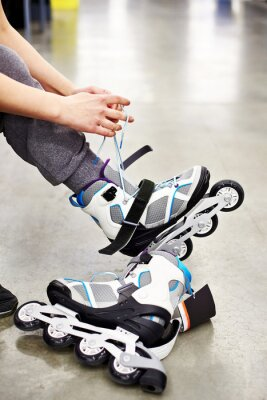 Fotomural Woman wears roller skates in sports shop