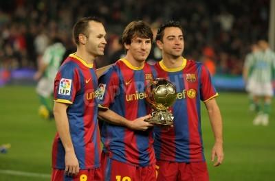 Fotomural Iniesta, Messi y Xavi de Barcelona con el balón de oro antes de un partido de la Copa española entre el FC Barcelona y el Real Betis en el estadio del Camp Nou el 12 de enero de 2011 en Barcelona, E