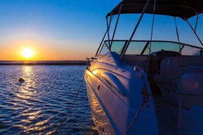 Fotomural Yacht near the pier against sunset