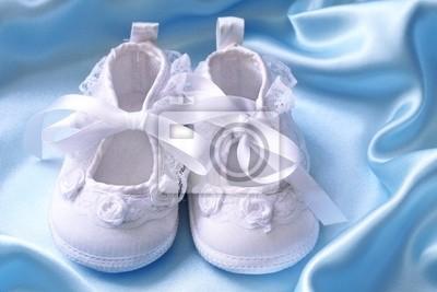 51e788c3 Zapatitos de bebé de color blanco sobre la seda azul fotomural ...