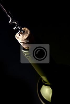 Abrir una botella de vino, sobre fondo oscuro. Reflexión verde.