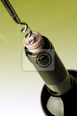 Abrir una botella de vino, sobre fondo verde