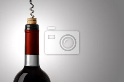 Abrir una botella de vino tinto, en el fondo blanco