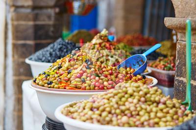 Aceitunas en el mercado marroquí (souk) en Essaouira, Marruecos