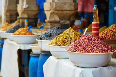 Aceitunas en vinagre en un mercado tradicional marroquí