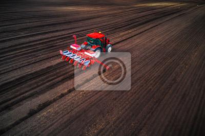 Agricultor con tractor sembrando cultivos en el campo, vista aérea de aviones no tripulados