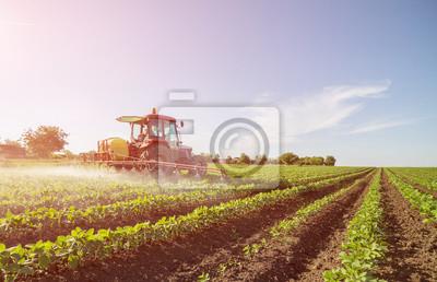 Agricultor pulverizando campo de soja con pesticidas y herbicidas