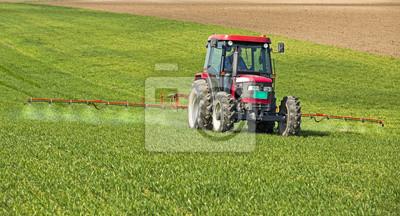 Agricultor rociando campo de trigo en la temporada de primavera