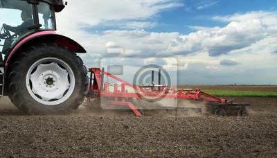 Agricultura tractor rojo campo de cultivo de más de cielo azul
