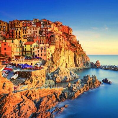 Póster Aldea de Manarola, rocas y el mar al atardecer. Cinque Terre, Italia