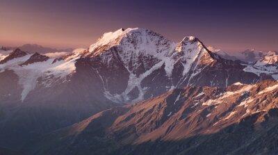 Póster Alta montaña en el tiempo de la mañana. Hermoso paisaje natural.