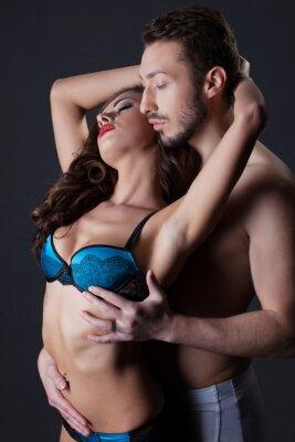 Póster Amantes semidesnudos apasionados que abrazan en estudio