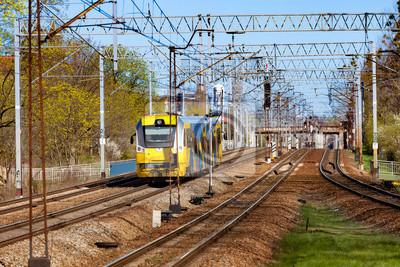 Amarillo tren azul en la pista de movimiento a través de Polonia.