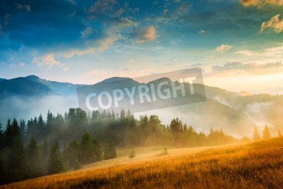 Póster Amazing paisaje de montaña con niebla y un haystack